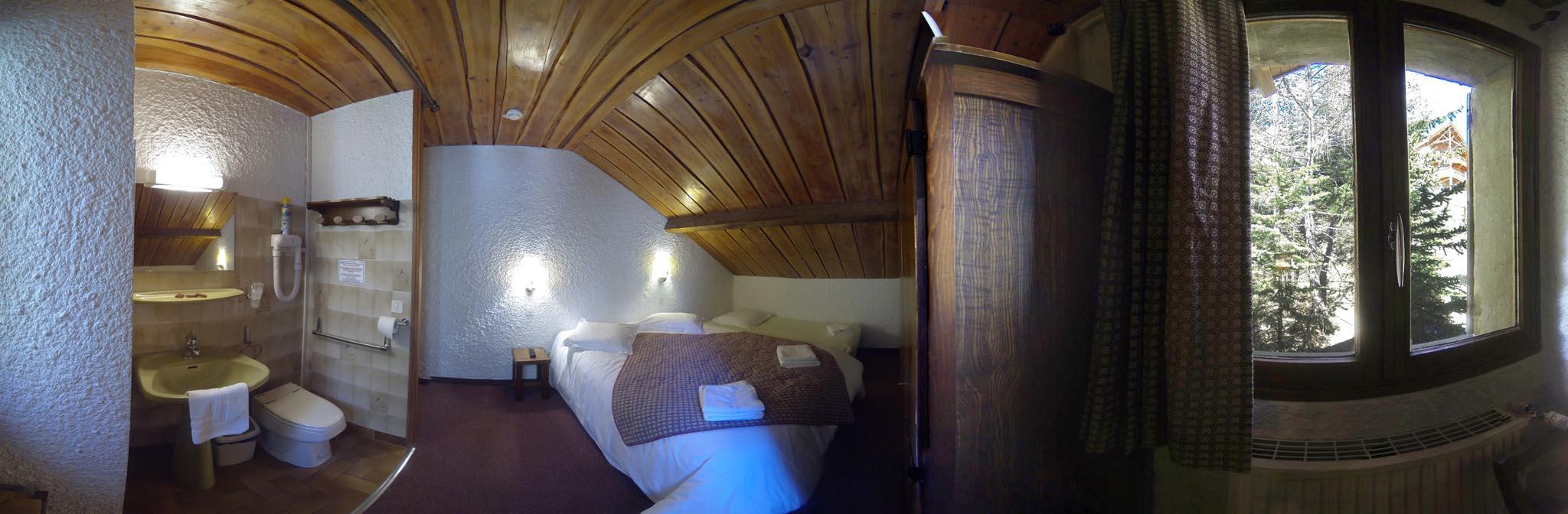 chambre n 10 mansard e lit double et lit d 39 appoint wc dans la chambre douche ext rieure. Black Bedroom Furniture Sets. Home Design Ideas