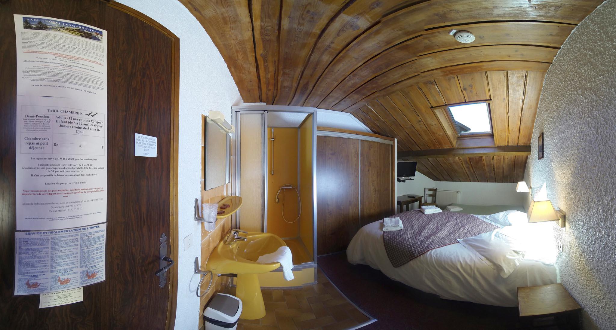 Chambre n 11 mansard e lit double lit d 39 appoint douche int rieure t - Lit double d appoint ...