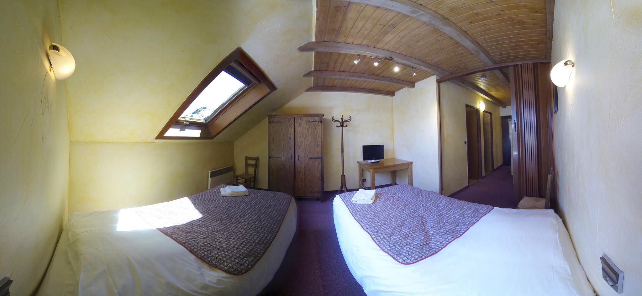 Chambre n 15 2 lits simples 2 lits superpos s douche et for Chambre 2 lits