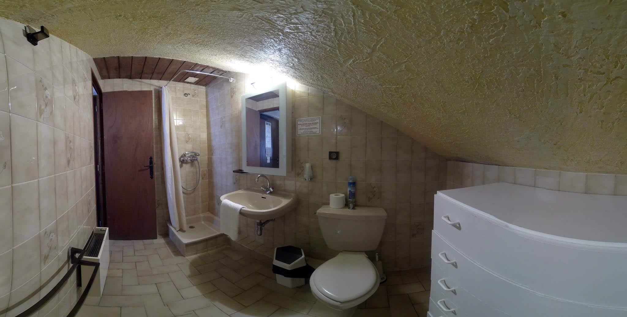 Chambre n 16 petite chambre mansard e 2 lits simples for 2 chambres dans 50m2