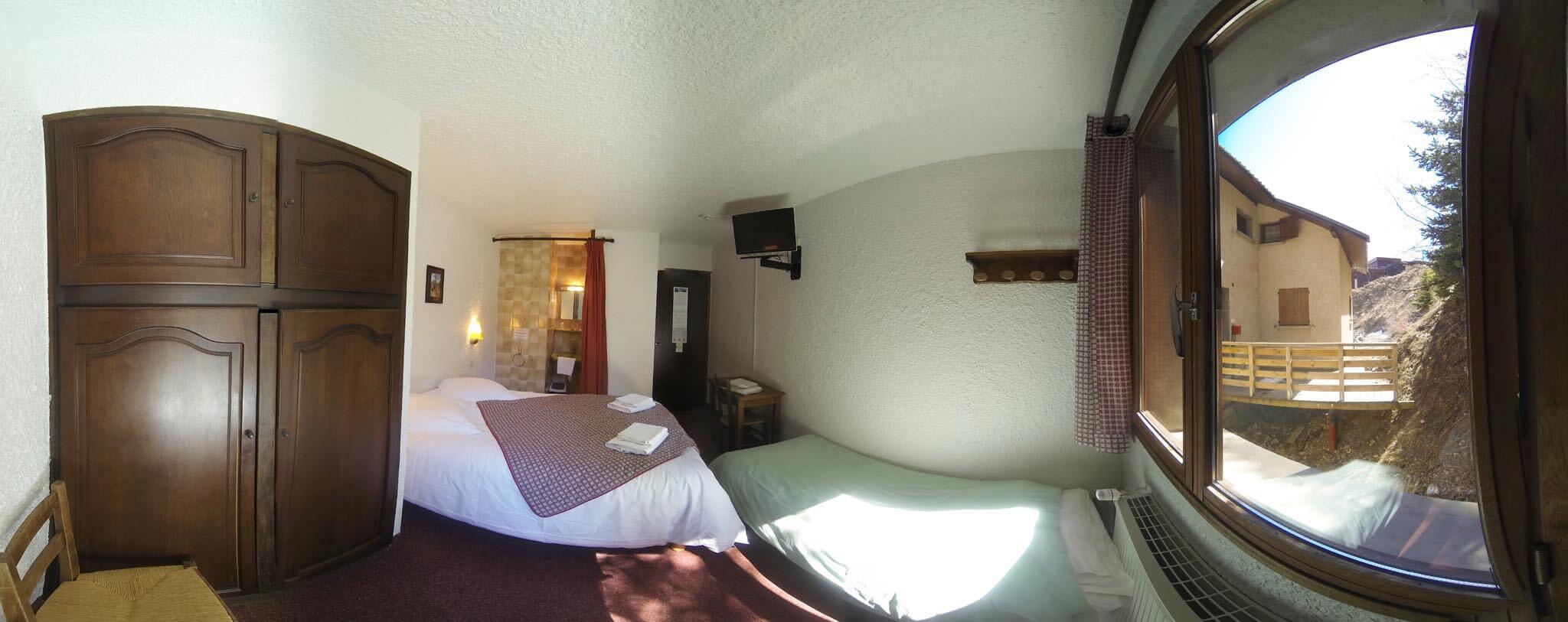 Chambre n 5 lit double et lit d 39 appoint douche dans la for Chambre 13 dans les hotels
