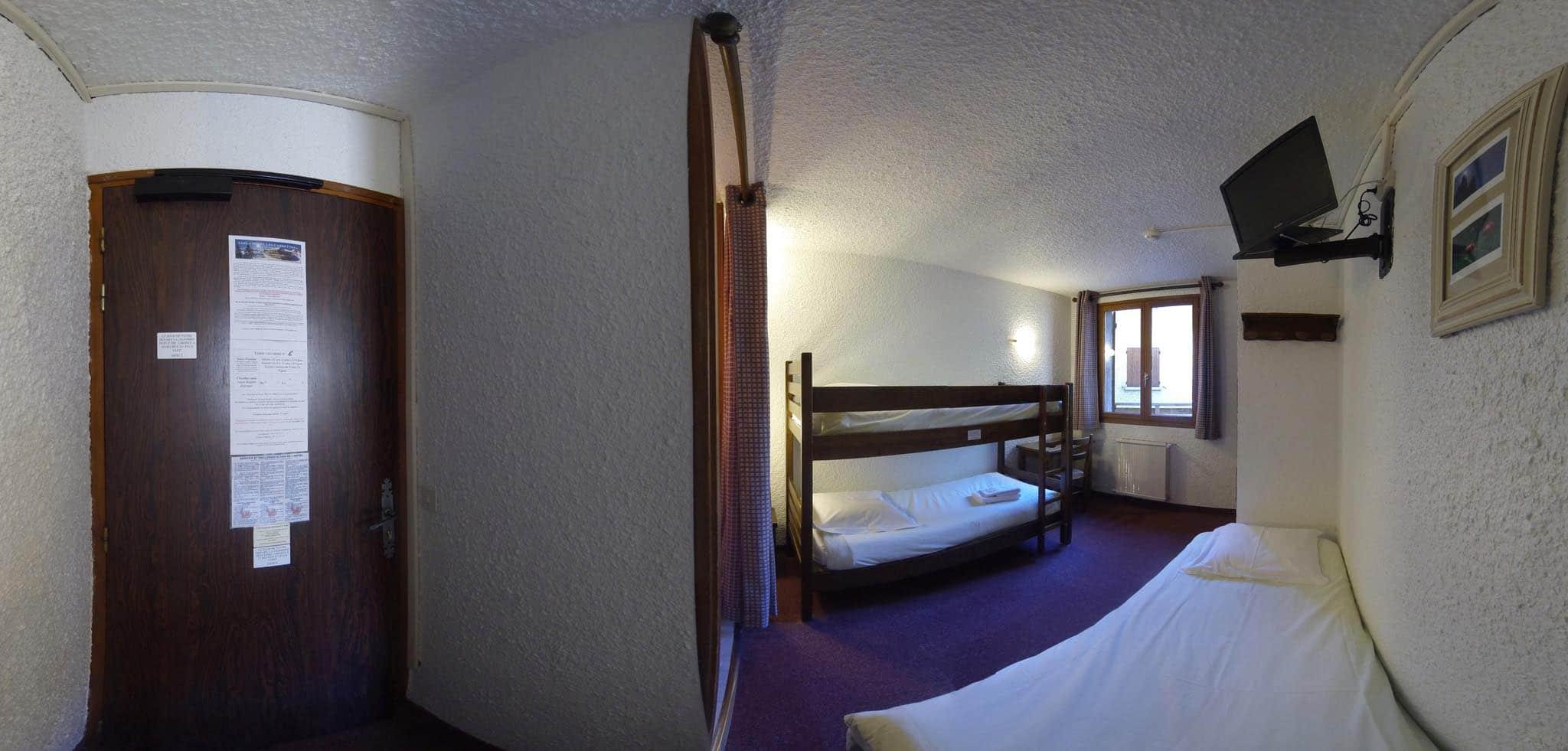 chambre n 6 2 lits superpos s fauteuil lit d 39 appoint douche et wc hotel les gardettes. Black Bedroom Furniture Sets. Home Design Ideas