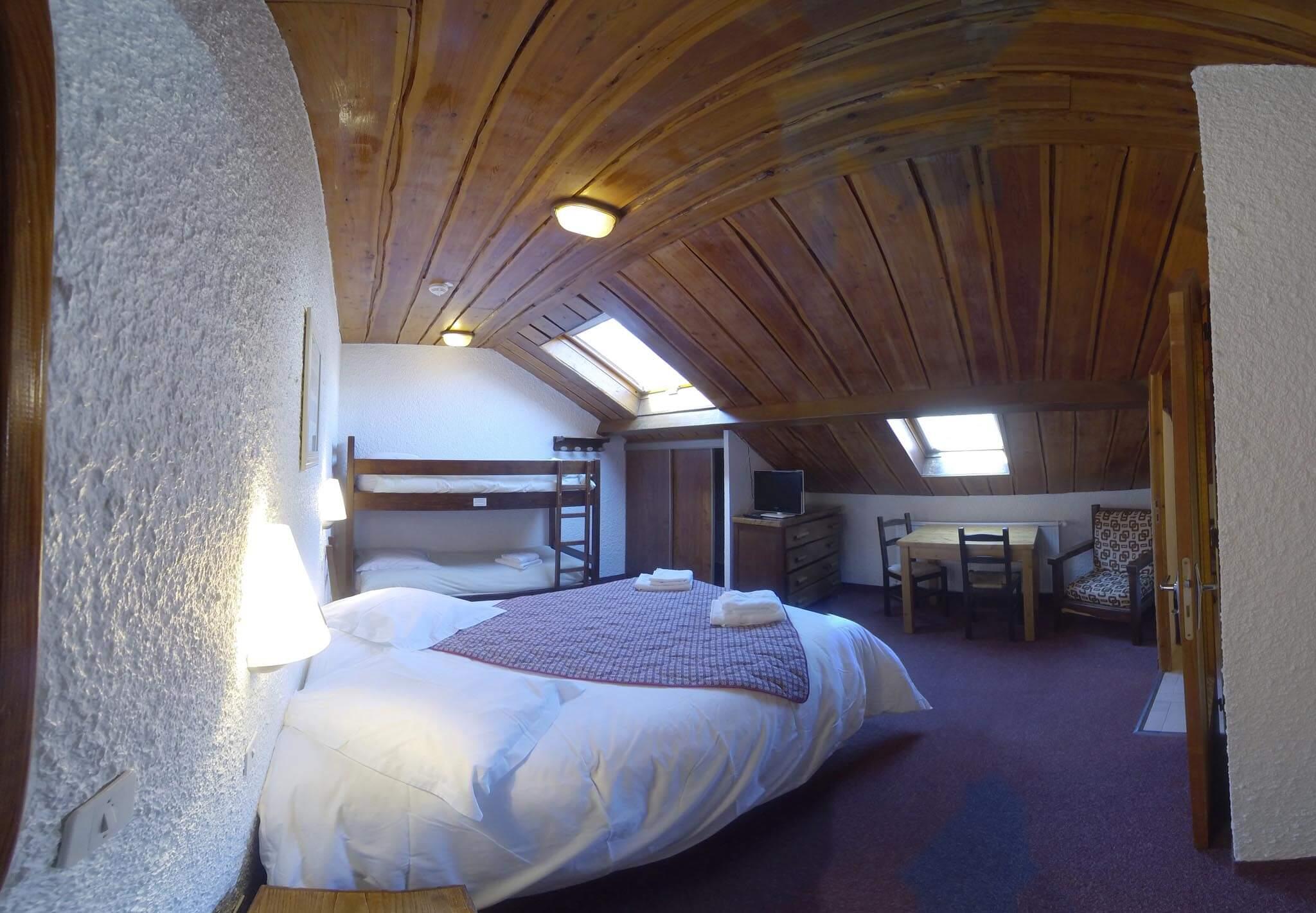 Chambre n 8 mansard e douche et wc lit double 2 lits for Hotel chambre