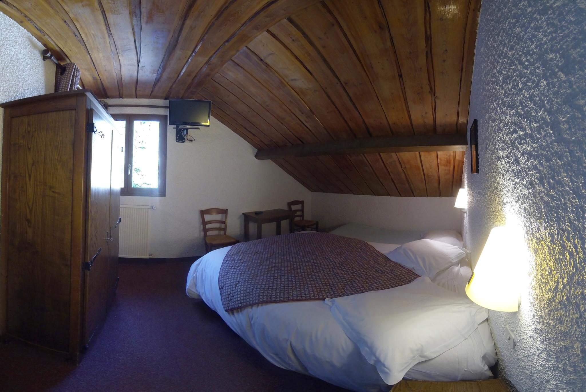 chambre n 9 mansard e lit double et lit simple d 39 appoint hotel les gardettes. Black Bedroom Furniture Sets. Home Design Ideas